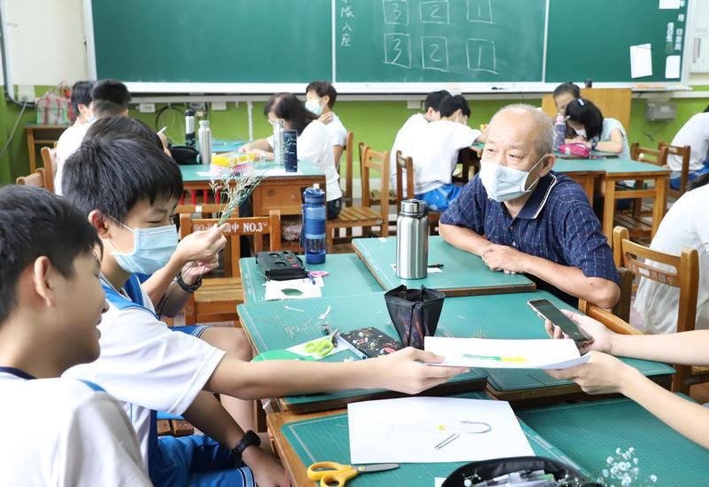 多媒體動畫營由台科大學生引導國中學生,實際採訪社區長輩,了解長輩的生命經驗故事。圖/台灣科技大學提供