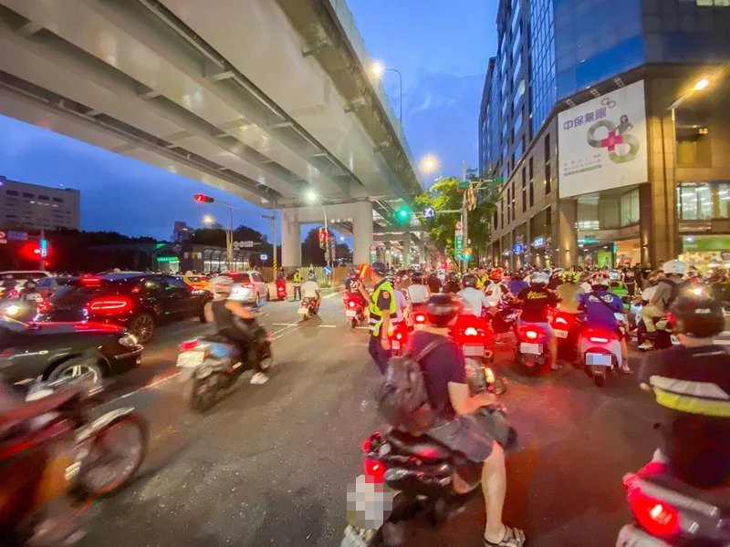 鄭州路、塔城街口取消機車直接左轉,台灣機車路權促進會日前號召網友抗議,導致交通塞爆。圖/聯合報系資料照片