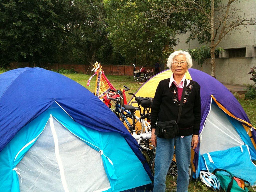 張進興帶媽媽跟隨大甲媽祖遶境,回程在西螺福興宮香客夜宿休息區露營。圖╱張進興提供