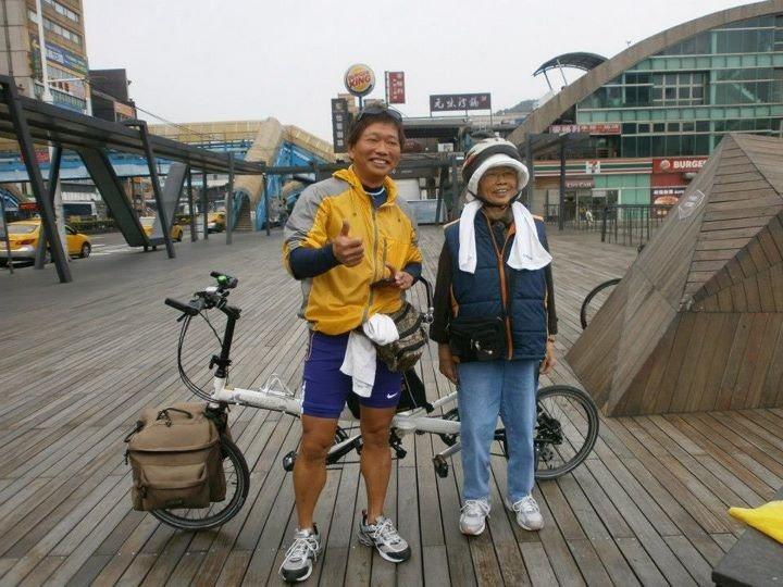 喜歡騎單車的張進興(左),去基隆會車友時也帶著媽媽。圖╱張進興提供