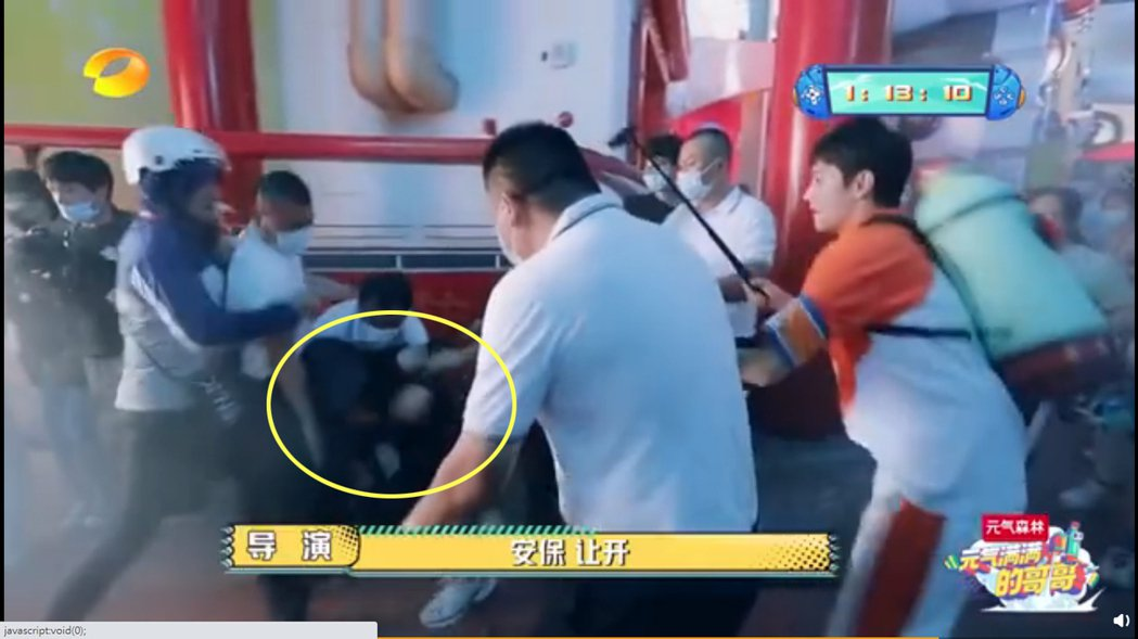吳奇隆被誤認成恐怖份子,遭6名保安壓制在地。圖/擷自微博