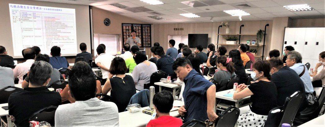 李文鴻教授針對化粧品衛生安全管理法新制上路開講,內容相當精彩實用,廣受來賓學員讚...