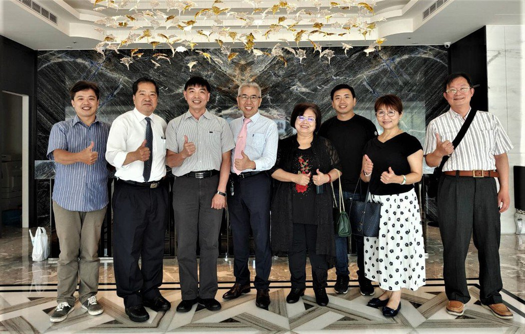 CAPS中華亞太頭皮產業發展協會理事長廖延修(左四)與李文鴻教授(左三)及貴賓合...