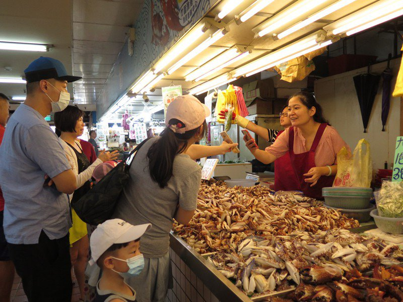 圖為民眾在漁港採買新鮮魚貨示意圖。非新聞當事人。報系資料照