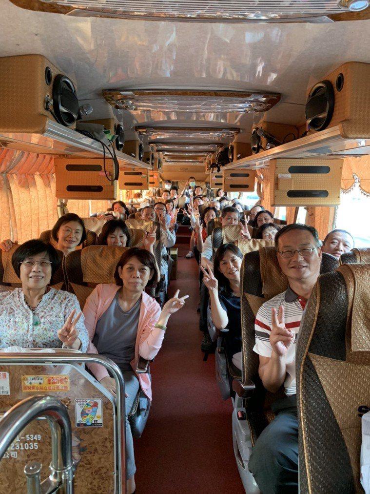任職高雄市議會的王琡雅(前左一)的家族旅遊,讓家人與親戚的感情好上加好,眾人在遊...