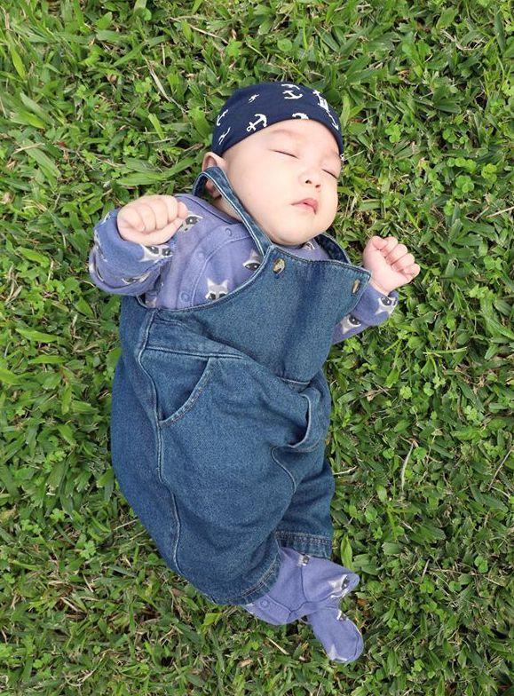 阿嬤細細收藏超過30年的牛仔褲,給家族裡的寶寶作丹寧時尚服。圖/Ru Yin提供