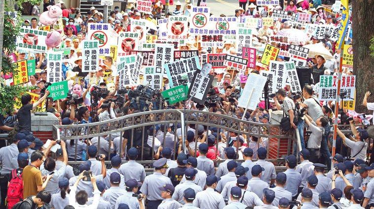 圖為豬農2016年抗議美豬進口。本報資料照片