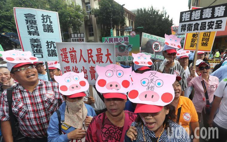明年元月起,台灣將開放萊劑美豬、全齡美牛,引發各界討論,圖為幾年前民眾抗議美豬開...