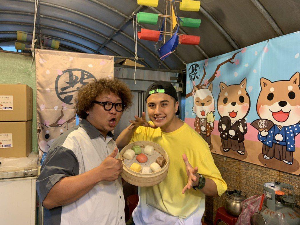曾子余(右)、納豆出「食尚玩家兩天一夜GO」外景,前往墾丁度假。圖/TVBS提供