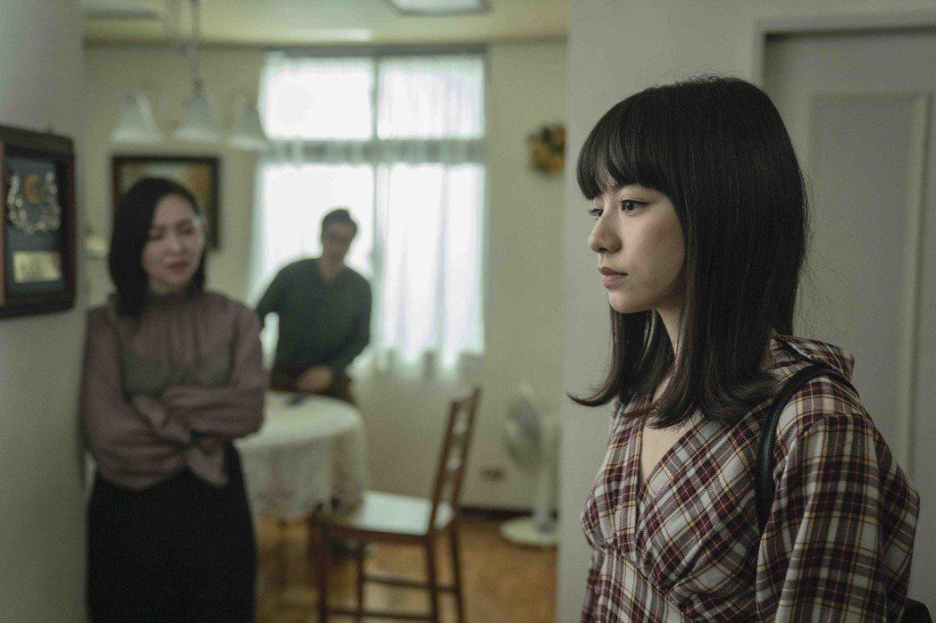 姚愛寗(右)在「黑喵知情」中在家是個壓抑的乖乖女。圖/LINE TV提供