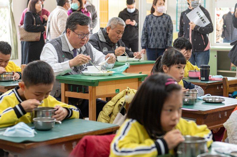 桃園市長鄭文燦曾與學童一起享用營養午餐。圖/桃園市政府提供
