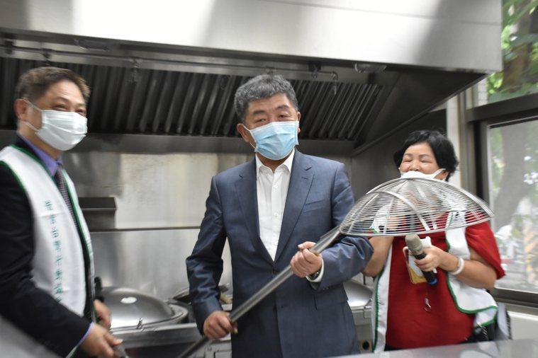 對於要帶頭吃美豬三個月,衛福部長陳時中(中)說願意以身作則,但比較喜歡推廣台灣豬...
