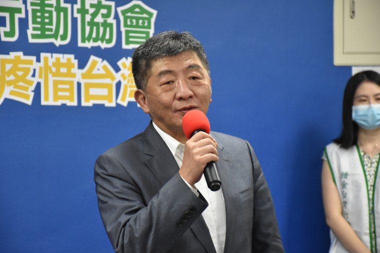 衛福部長陳時中表示,他責成食藥署這2天要就以前的報告跟相關數據整理,跟他報告後、...