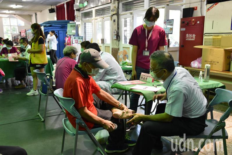台北市雲林同鄉會總會號召旅北鄉親成立醫療服務團返鄉義診,名醫成團,吸引大批民眾前往受診。記者蔡維斌/攝影