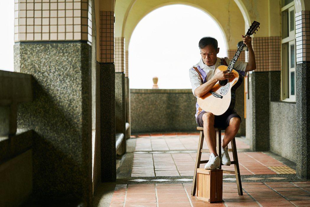 羅大佑走訪宜蘭山中小學,自彈自唱「望春風」。圖/大右音樂提供
