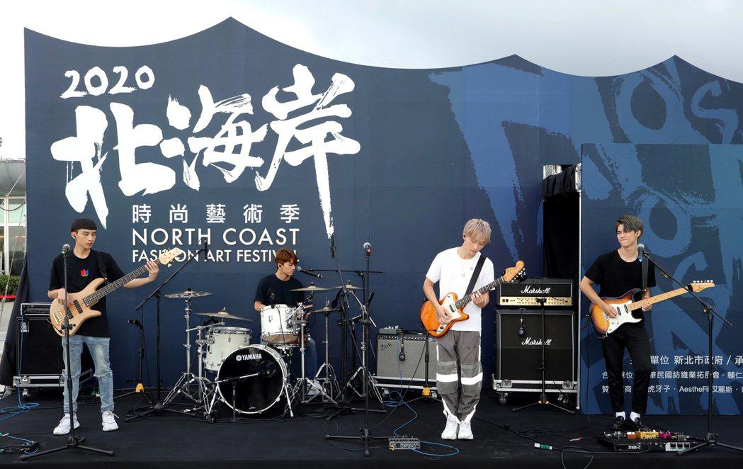 人氣樂團noovy率先在富基漁港帶來動感歌曲揭開序幕。圖/伊林娛樂提供