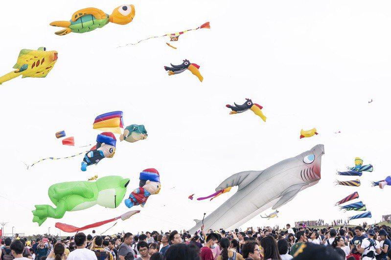 新竹市國際風箏節昨起一連兩天在新竹漁港國際風箏賽場舉行,各式各樣的風箏湧入大批人潮觀賞。圖/市府提供