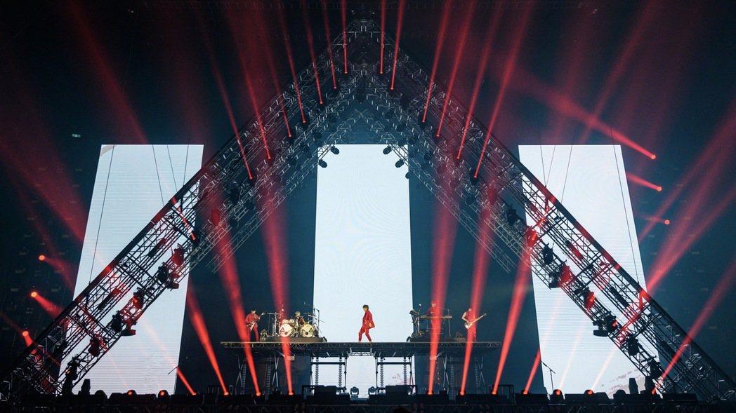 八三夭以紅色軍裝揭開演唱會序幕。圖/KKLIVE提供