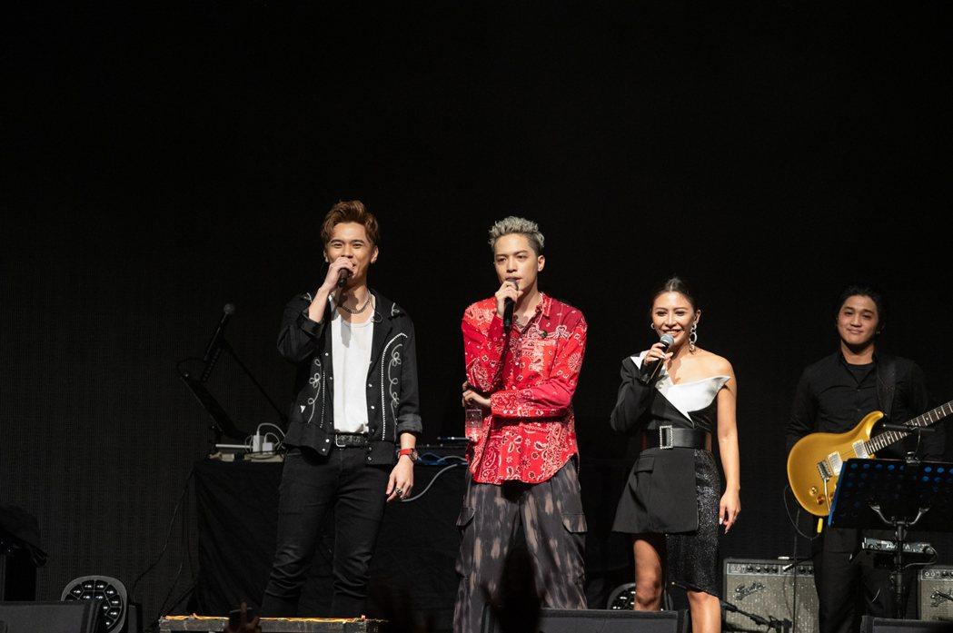 J.Sheon(中)首度舉辦個人演唱會,師弟馬仕釗(左)與艾怡良助陣合唱。圖/寬