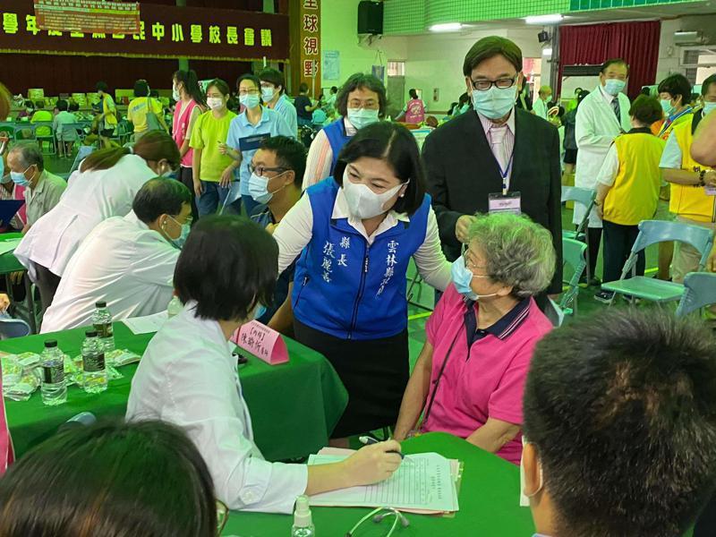 台北市雲林同鄉會總會成立醫療服務團返鄉義診,雲林縣長張麗善(左二)到場問候。記者蔡維斌/攝影