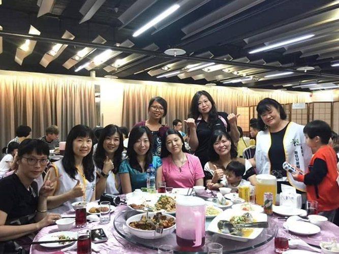 台南市重症兒童關懷協會會員大會中,媽媽們好不容易聚在一起,相互加油打氣,右為理事長蔡雅惠。圖/重症兒童關懷協會提供