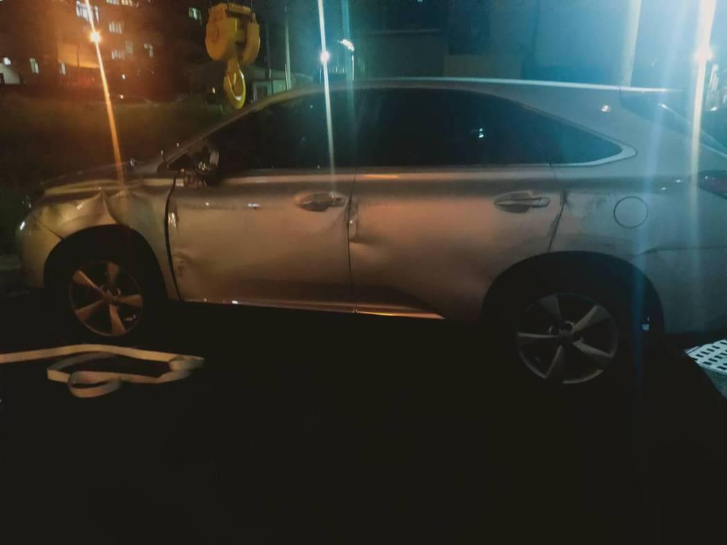 婦人駕駛休旅車售價200多萬元,左側車身受損外,還波及2轎車,損失慘重。記者邵心...