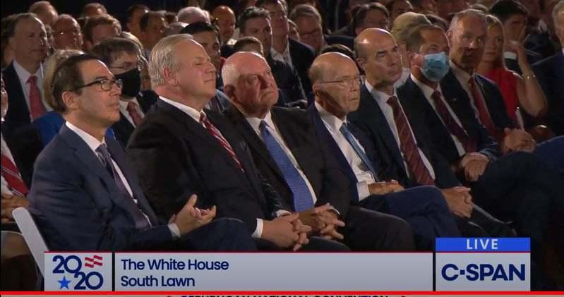 川普日前在白宮接受共和黨提名,台下坐著的所有官員中僅有一位官員戴口罩,他就是前一陣子訪問台灣的衛生部長阿查爾。圖擷自美國政治觀察家