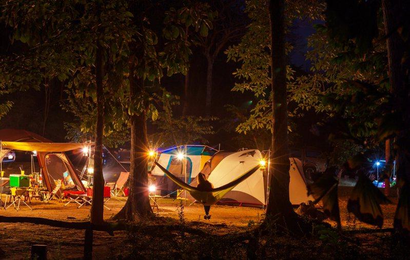有網友在苗栗山中露營時,數一數人頭驚覺「多一位小男孩」。 示意圖/ingimage