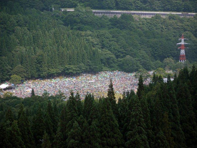 每年在山裡舉辦的日本搖滾音樂節 Fuji Rock Festival,是詹偉雄認...
