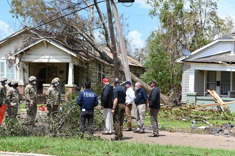 美男路易斯安納州27日凌晨遭到四級颱風蘿拉襲擊,路州與鄰近的德州損失慘重,上萬居民無電,酷熱難當。美國總統川普29日到路州勘查災情,指示全力協助。 美聯社