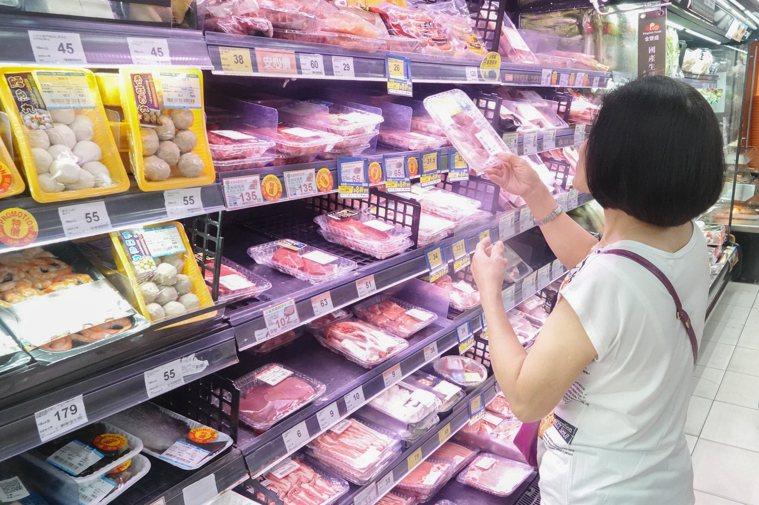 政府開放美豬進口,恐衝擊台灣養豬業與加工食品業,更有民眾憂心會有食安問題。記者葉...