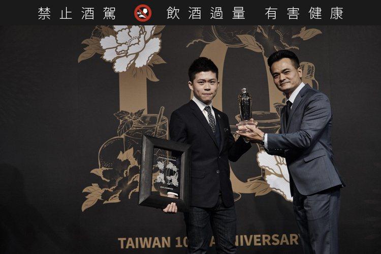 2018年Taiwan World Class調酒冠軍岳佳毅(左),親自特調三款...