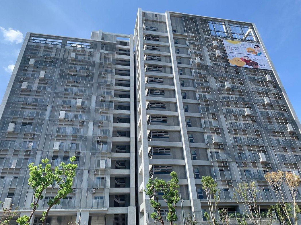 市府選定太平區育賢段第一期社會住宅1樓,臨育賢路側的34坪空間,規劃成青創店鋪。...