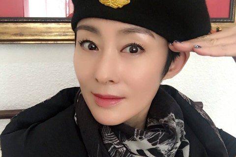 1990年代當紅的香港女星張敏,曾與劉德華、周星馳、周潤發等拍了不少片,令人印象深刻,也奠定了她女神級的地位,後來已淡出演藝圈,現今已經52歲,近年她過著深居簡出的生活,與好友莫少聰、張耀揚等人去偏...