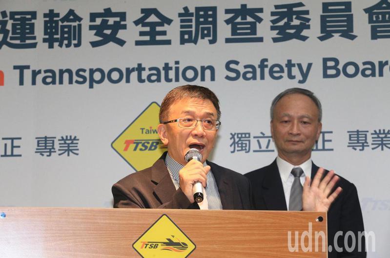 圖為運安委員會主委楊宏智(左)、現任航空調查組長張文環(右)。本報資料照片