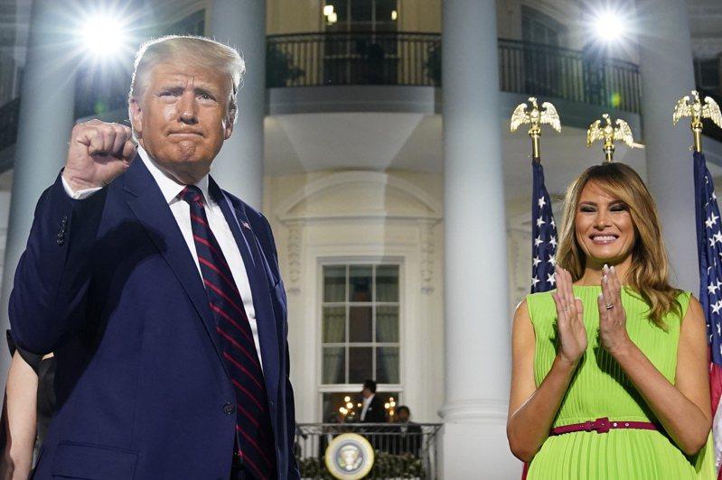 美國總統川普(左)27日在白宮南苑草坪發表接受共和黨提名演說,第一夫人梅蘭妮亞(右)為他加油打氣。美聯社