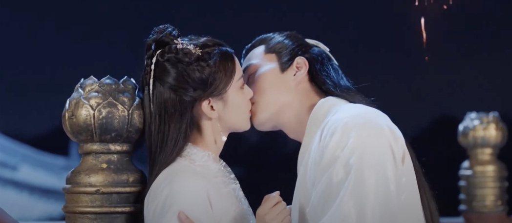 楊超越(左)與徐開騁在「且聽鳳鳴」中上演煙花吻。圖/摘自微博