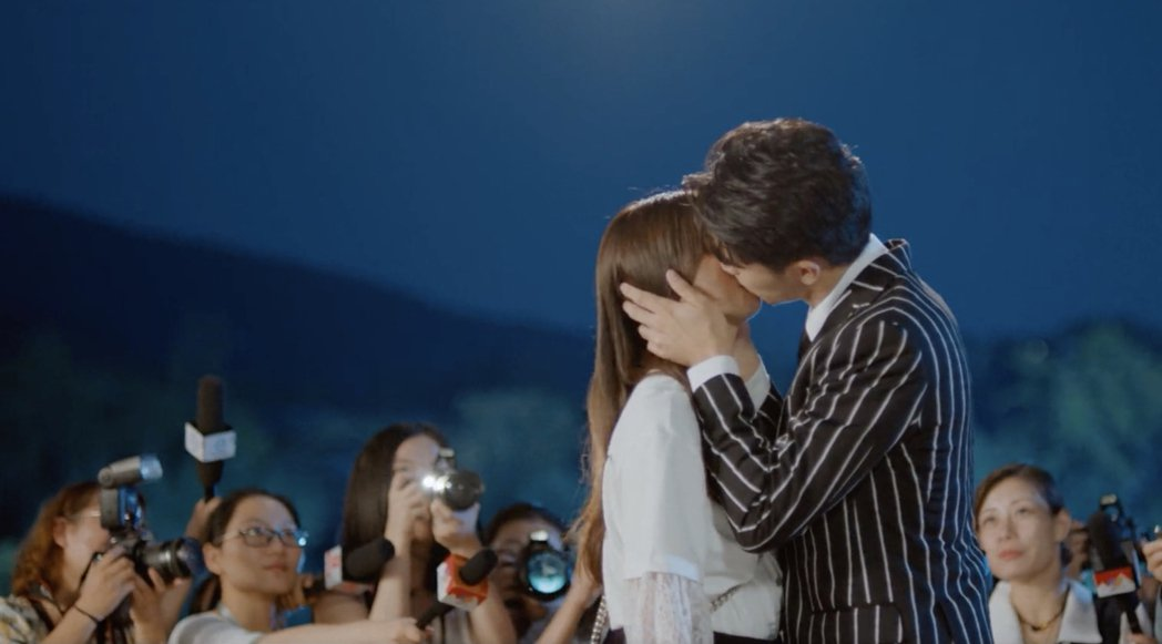 楊超越(左)與許魏洲在「仲夏滿天心」上演吻戲。圖/摘自微博