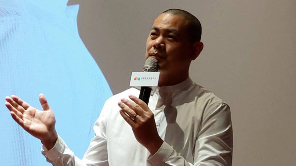 台灣首位摘下米其林星級名廚江振誠為主角所拍攝的電影「初心」,今天宜蘭首映,他在放...