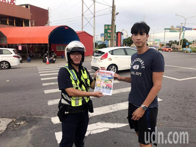 9月1日展開全國同步交通大執法,大園分局員警在大園10大易違規肇事路口街頭發傳單,宣導交通安全取締違規。記者曾增勳/翻攝
