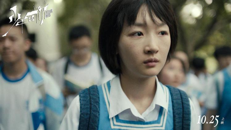 周冬雨在「少年的你」素顏演出一名高中生,演技精湛獲肯定。圖/摘自微博