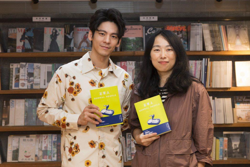 林柏宏(左)與導演傅天余(右)出席影集「正常人」講座,也暢聊原著小說。圖/時報出...