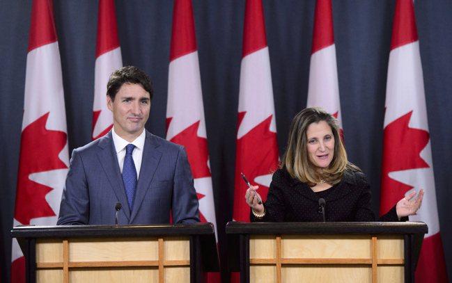 加拿大副總理方惠蘭(Chrystia Freeland,右)被總理杜魯多任命兼掌...