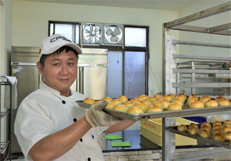 離中秋節還有1個多月,但劉祐誠最近已經開始忙碌起來,為接下來蛋黃酥的訂單做準備。記者陳斯穎/攝影