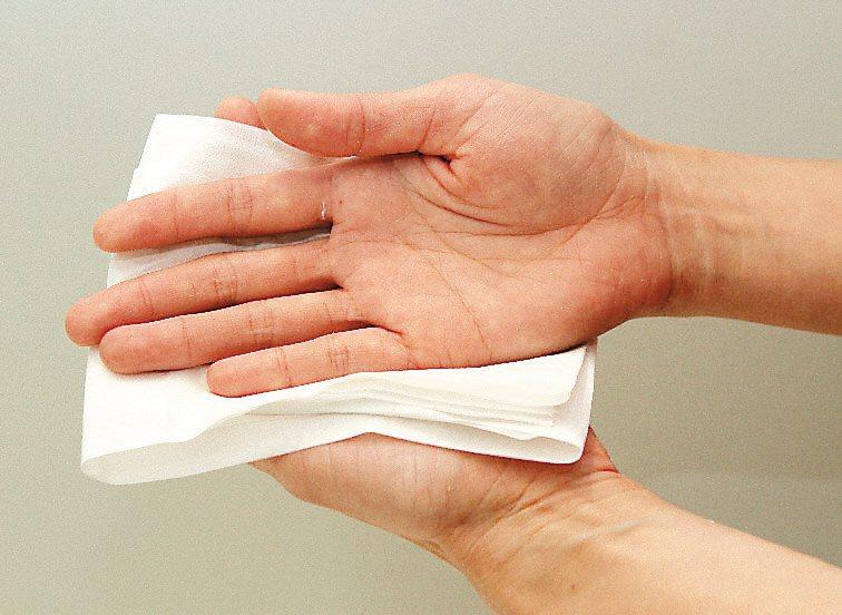 研究指出,洗手後使用擦手紙應該是比較安全的選擇,而且紙張纖維虹吸現象可以確實吸乾...