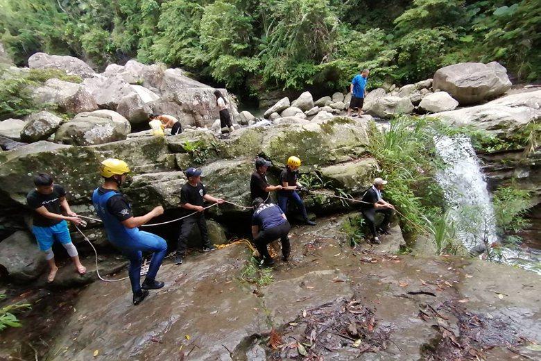 8月23日,苦花潭瀑布傳溺水意外,一名年輕遊客送醫不治。 圖/聯合報系翻攝照