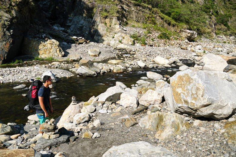 在非熱門路線與渡溪點上,通常會有前人推放「疊石」,供後來者辨識合適路線。 圖/作者提供