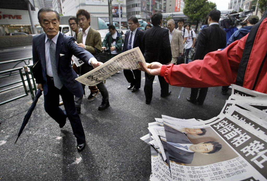 安倍晉三初次拜相任期僅短短一年,在內外交迫下因「潰瘍性大腸炎」宿疾發作,身心俱疲之下於2007年9月宣布辭去首相。 圖/美聯社