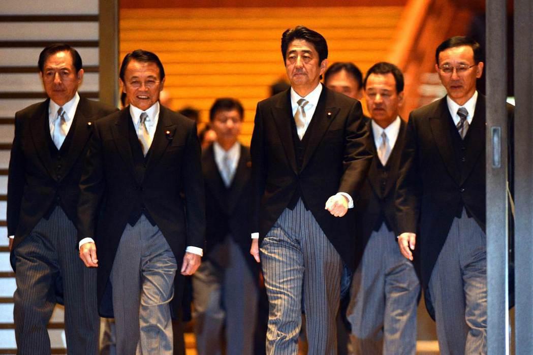 2012年12月26日再度成為首相的安倍,找來過去黨內的競爭者——麻生派的麻生太郎(左二)擔任副首相兼財務大臣。 圖/法新社