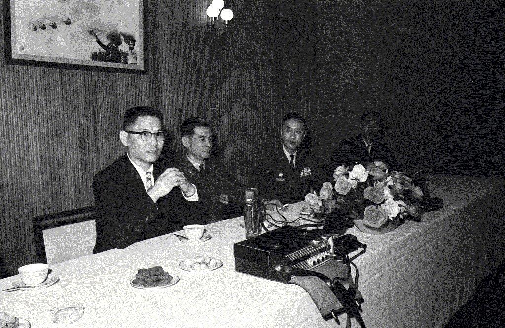 1969年,華錫鈞(左)自美學成返國,空軍總部為其舉行記者會。 圖/聯合報系資料照
